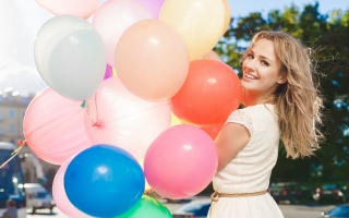 Картинка Smiling Girl With Balloons для телефона и на рабочий стол