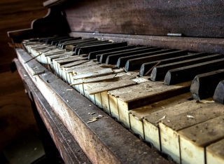 Old Piano Background for Android, iPhone and iPad